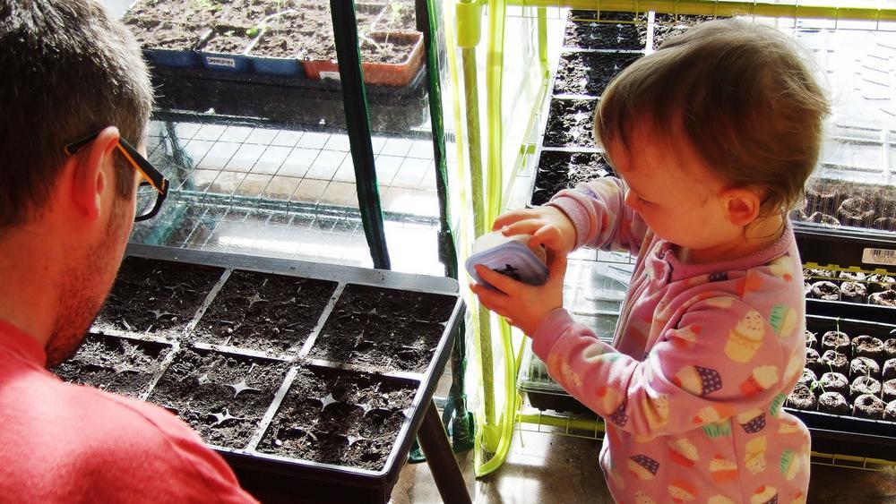 enfant-jardinage-semis